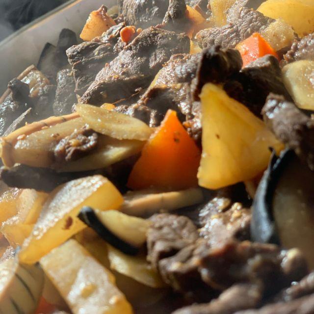 こんにちは🌞  本日は久しぶりに岩手県産イルカ入荷しました✨ 早速シェフが調理してくれました👨🍳 味噌味のイルカ煮です!! 臭みもなく食べやすいです😋🍴 ぜひ一度食べてみてください😌🍀  2枚目は昨日に続きえびす黒カレーを使ったオムカレーです!🍛⭐️ 今日は大きなエビフライと一緒にえびすのコロッケものっけちゃいました!💕  本日もスタッフ一同皆様のお越しをお待ちしてます🚙  #FUJIYAMAダイニングえびす #えびす #富士 #富士市 #富士宮 #南松野 #芝川 #おいしいお惣菜 #こだわりのお惣菜 #富士テイクアウト#富士テイクアウト飯 #富士テイクアウト情報#富士エール飯 #静岡エール飯#テイクアウトグルメ #takeout#静岡グルメ#富士グルメ #おうちごはん