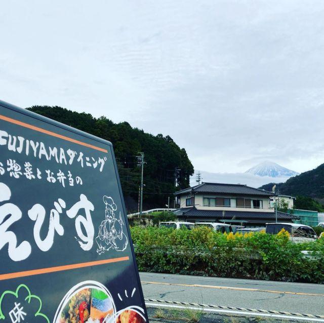 こんにちは(*´◒`*) 昨日くらいから一気に冷え込んでますけども、皆さま風邪など召されてませんか? 今日の富士山🗻はしっかりと粉糖のように雪が降り積もってます(*´-`)  えびすから望む富士山も格別なので是非暖かい服装で皆さまのご来店お待ちしております✨  *・゚ ✽.。.:*・゚ ✽.。.:*・゚ ✽.。.: #青空ほっこり市場 では、本日入荷したばかりの静岡県産🥝 #レインボーキウイ や手ごろで使い勝手のいい人気🥒🍅の #きゅうり や #トマト 、菓子パン🍞や 地元富士市の茶農家さん🍵 #茶レンジャー の煎茶や煎茶のティーパック、 #あさぎり宝山ファーム さんのコクのある自慢のタマゴ🥚 #もみじ卵 静岡県産の新米🌾 #静岡こしひかり など豊富に取り揃えてます!❤︎  #えびす 店内では自慢の #コロッケ や #大判とんかつ #焼豚 を始め、中田シェフのボタンエビのオリーブカルパッチョ、スイーツは青空ほっこり市場でも販売しているイチヂクを使った #イチヂクのカスタードタルト や今が旬の栗🌰と巨峰🍇の #マリトッツォ など、食事から食後のスイーツまでご用意✨  カルパッチョは、オリーブオイルなのでオイリー過ぎず、見た目も鮮やかなので食べるのも楽しいですよ❤︎  今日もスタッフが元気よく夜7時までえびすでお待ちしてます(*´꒳`*)  ★∻∹⋰⋰ ☆∻∹⋰⋰ ★∻∹⋰⋰ ☆∻∹⋰⋰  #静岡県 #富士市 #南松野 #富士宮市 #芝川 #お取り置き #オードブル #お弁当 #お惣菜 #揚げ物 #仕出し #おうちごはん #電話予約 #テイクアウト #Fujiyamaダイニングえびす #えびす #instafood